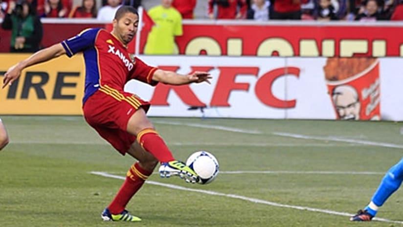 Saborio kicking
