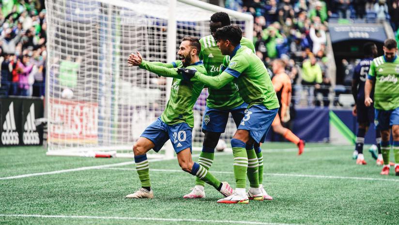GOAL: Nicolas Benezet scores for Seattle from a corner kick