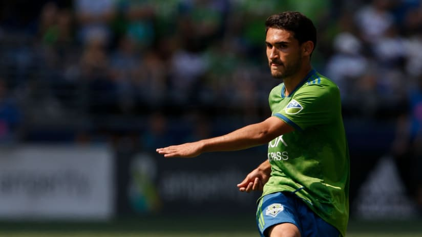 Cristian Roldan - Seattle Sounders - Passes ball