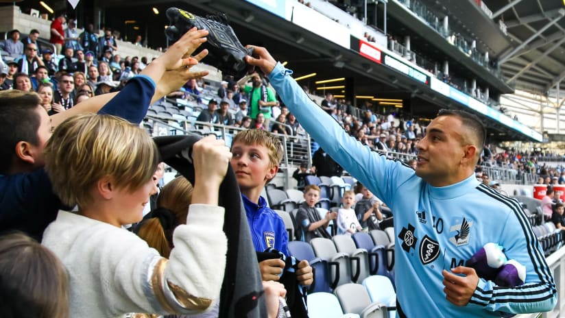 Miguel Ibarra and some kids - Minnesota United