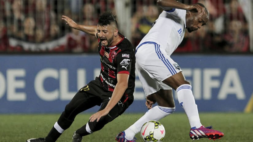Nigel Reo-Coker (Montreal Impact) and Diego Calvo (Alajuelense) battle for the ball in a CCL semifinal