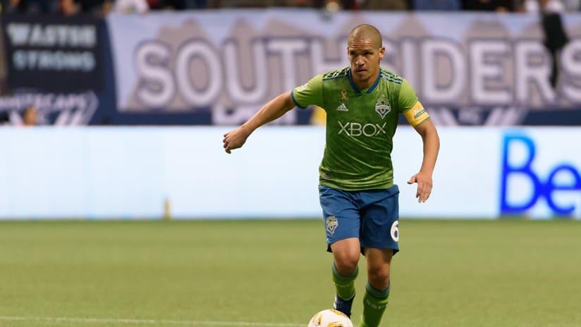 Osvaldo Alonso - Seattle Sounders - on the ball - September 2018