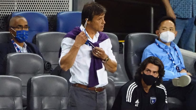 Matias Almeyda - San Jose Earthquakes - removes his mask on the sideline - October 18, 2020