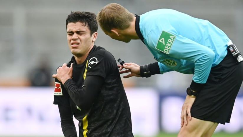 Giovanni Reyna - holds shoulder - Dortmund-Augsburg