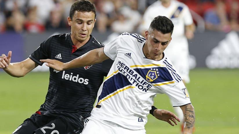 Cristian Pavon –LA Galaxy – controls ball
