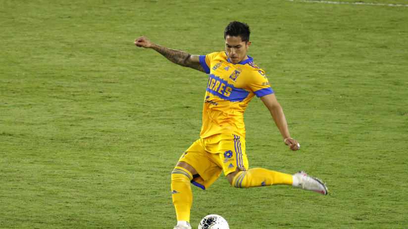Carlos Salcedo - Tigres - on ball