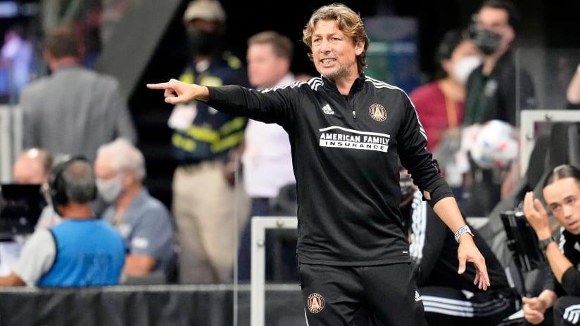 Gabriel Heinze - Atlanta sideline pointing