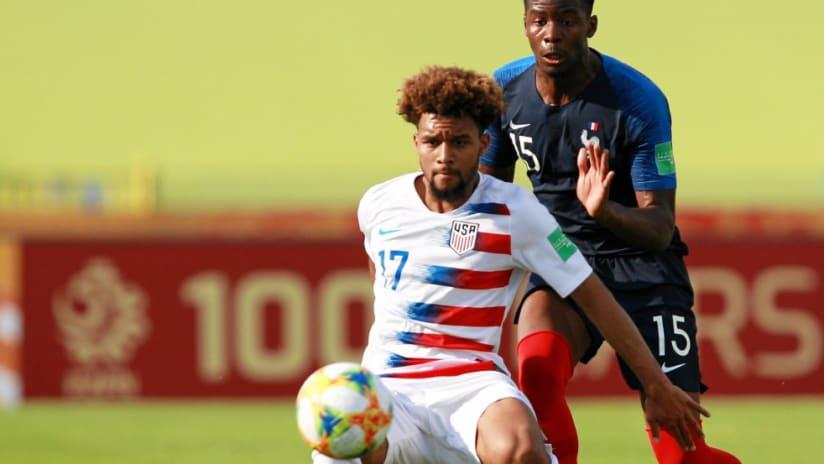 Konrad de la Fuente - US U20 - holding off French player