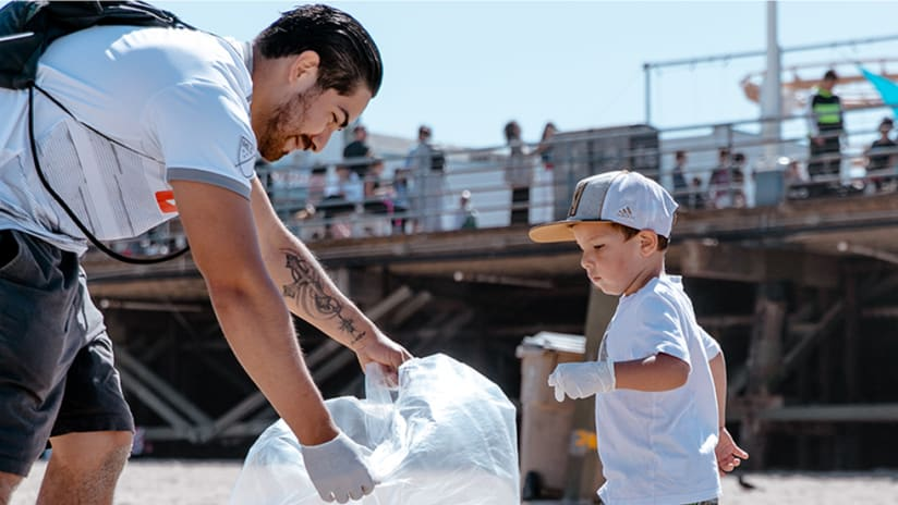 LAFC – Greener Goals – Beach clean up