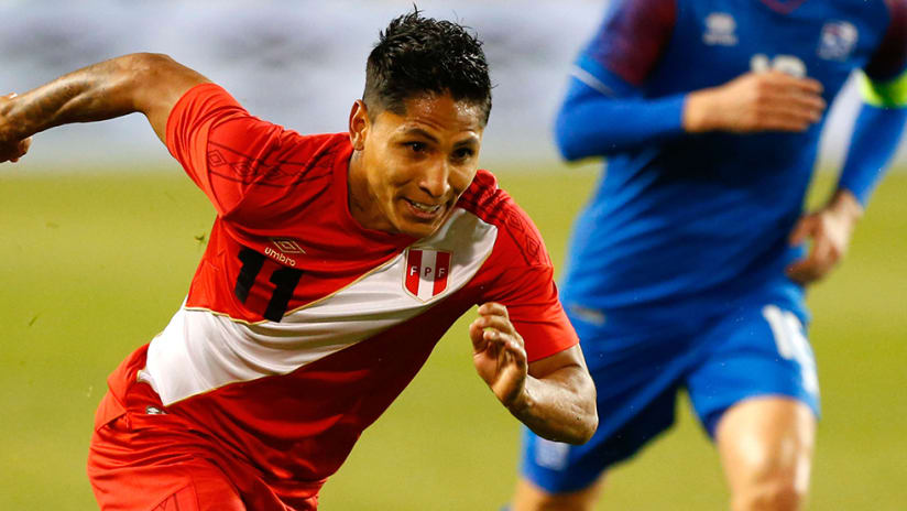 Raul Ruidiaz - Peru - chases ball