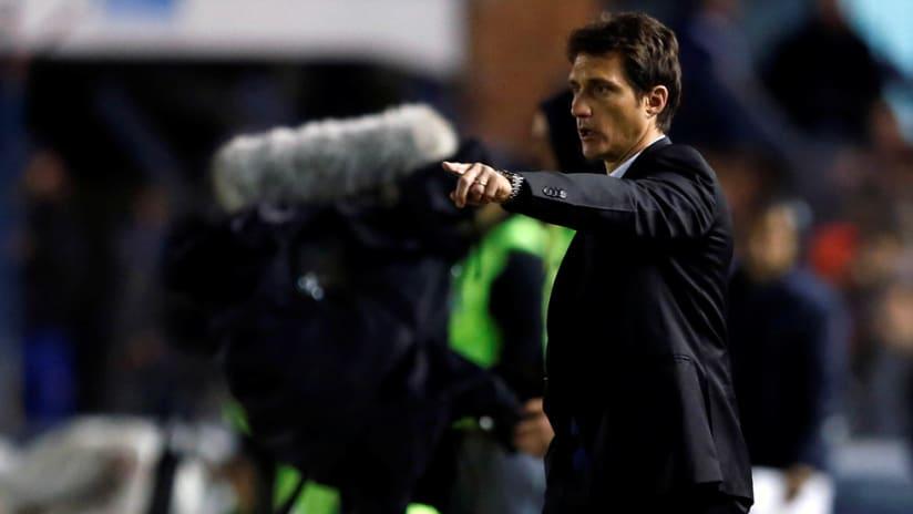 Guillermo Barros Schelotto - on the sideline gesturing