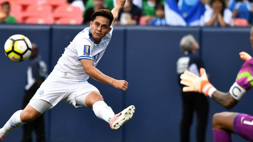 Rodolfo Zelaya - El Salvador - kicking a ball