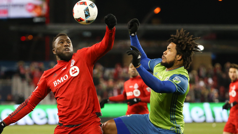 Jozy Altidore - Toronto FC - Roman Torres - Seattle Sounders - Line up a header