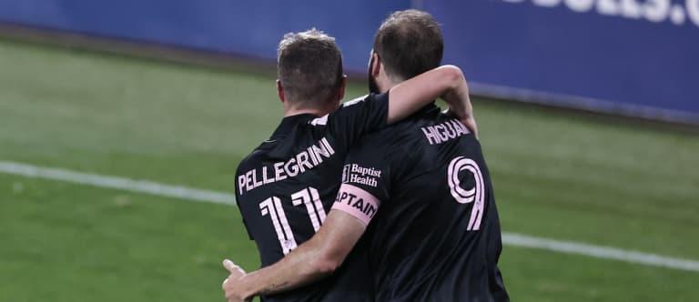 Matias Pellegrini, Gonzalo Higuain hug