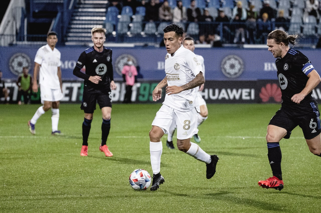 Atlanta United midfielder Ezequiel Barco #8 dribbles the ball during the first half of the match against CF Montréal at Stade Saputo in Montreal, Quebec, on Saturday October 2, 2021. (Photo by Audrey Magny/Atlanta United)