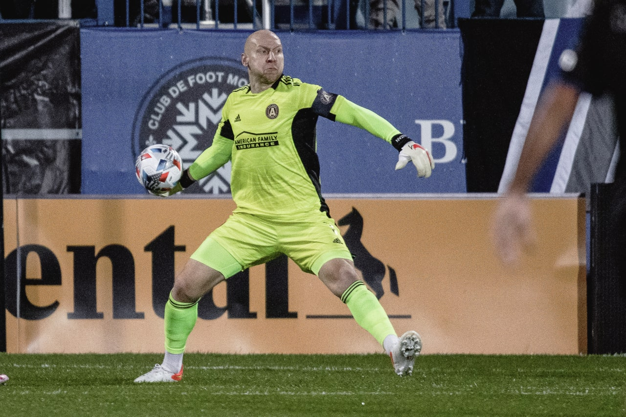 Atlanta United goalkeeper Brad Guzan #1 throws the ball during the first half of the match against CF Montréal at Stade Saputo in Montreal, Quebec, on Saturday October 2, 2021. (Photo by Audrey Magny/Atlanta United)