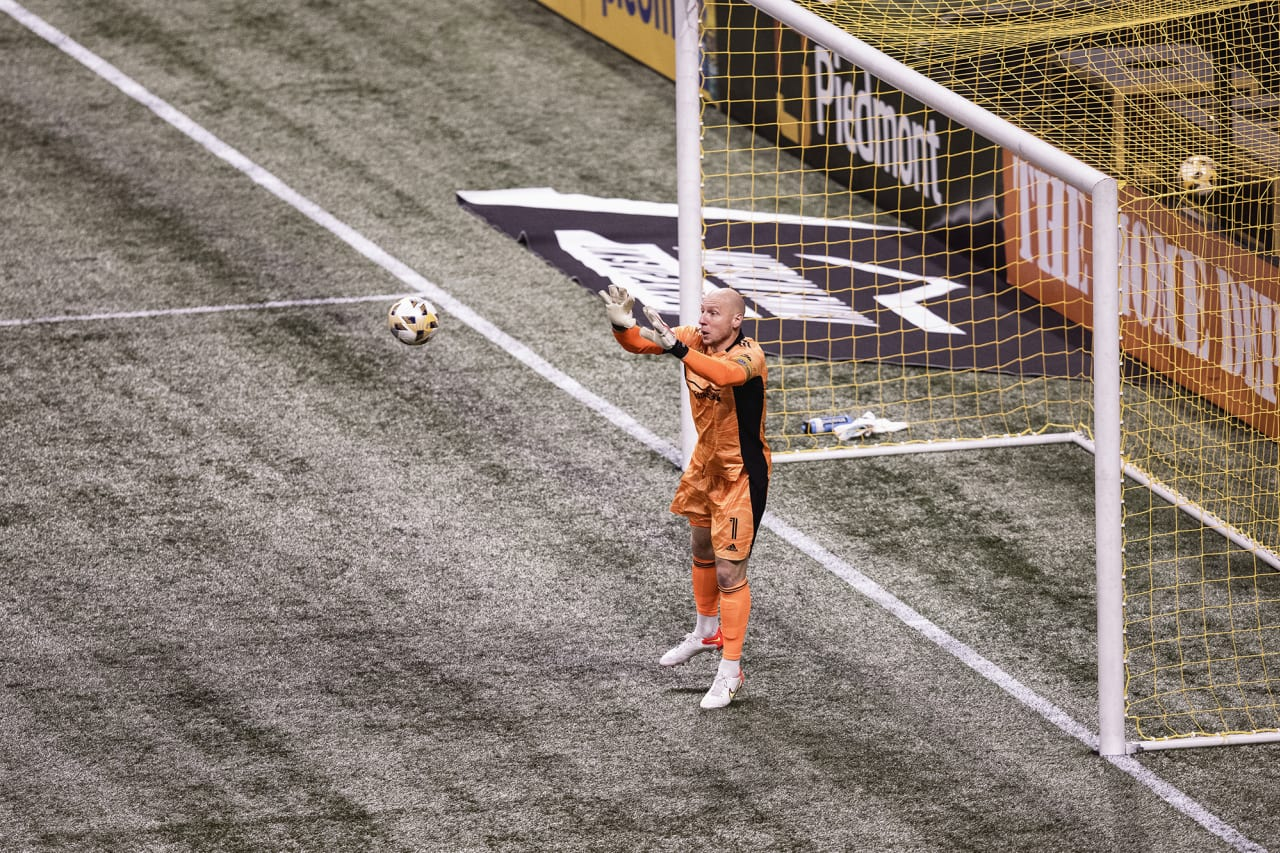 Atlanta United goalkeeper Brad Guzan #1 in action during the match against Cincinnati FC at Mercedes-Benz Stadium in Atlanta, Georgia on Wednesday September 15, 2021. (Photo by Casey Sykes/Atlanta United)