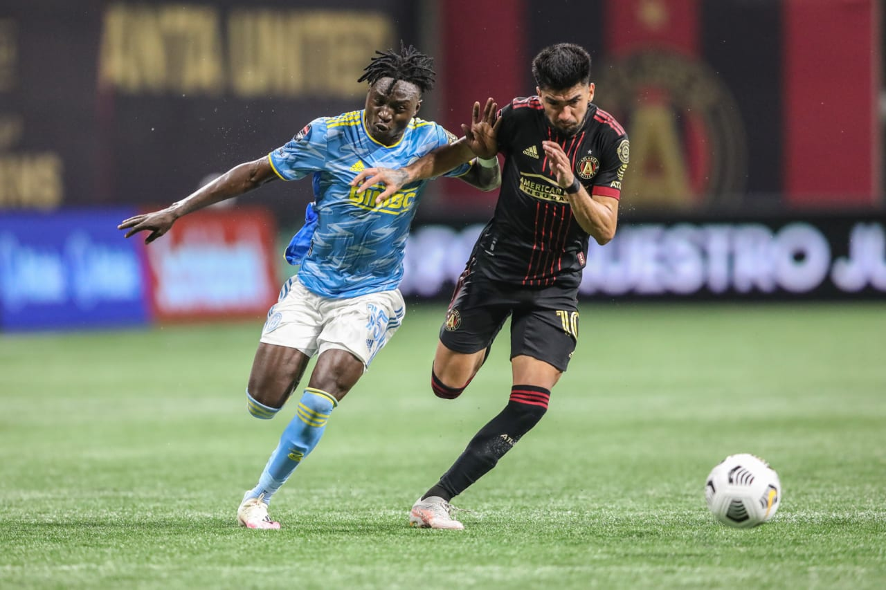 #ATLvPHI- Mbaizo fights for ball