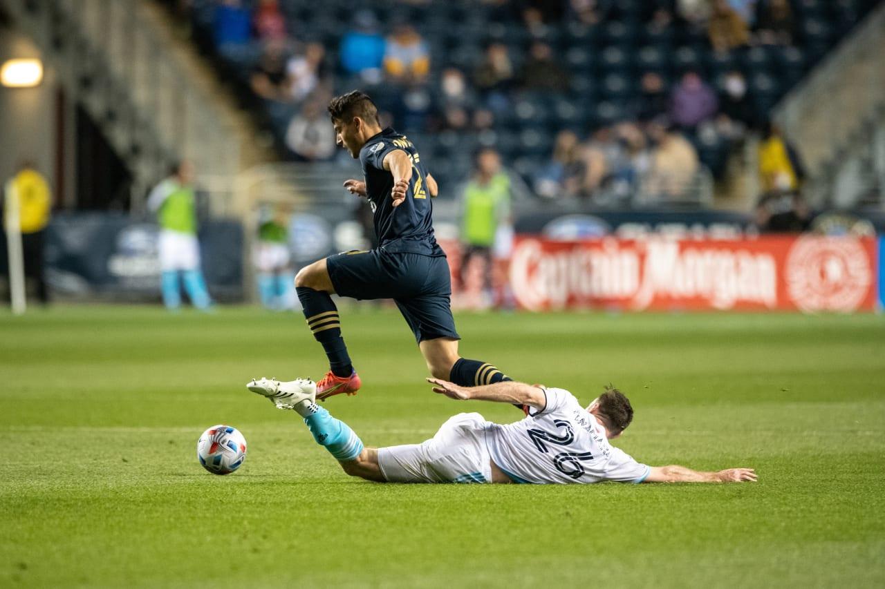#PHIvNE- Fontana leaps over defender